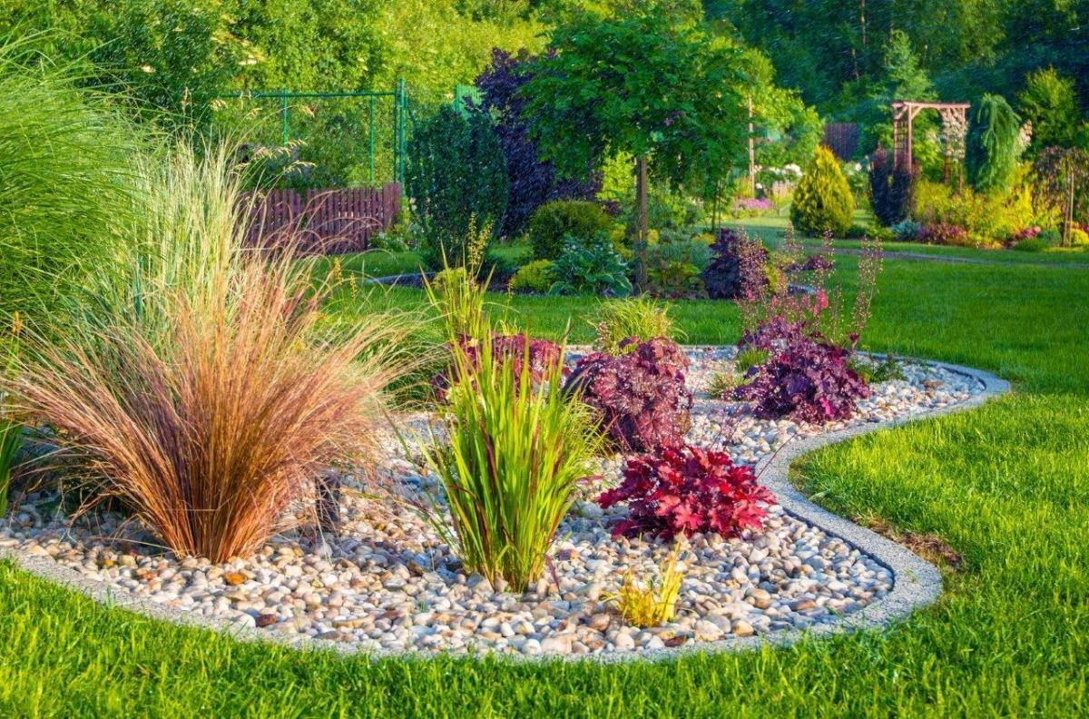 Ogród przed domem z kamieniami